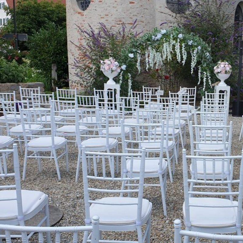 dekofee_lena_Hochzeitsdeko_Freie_Trauung_Chiavari_Stuehle