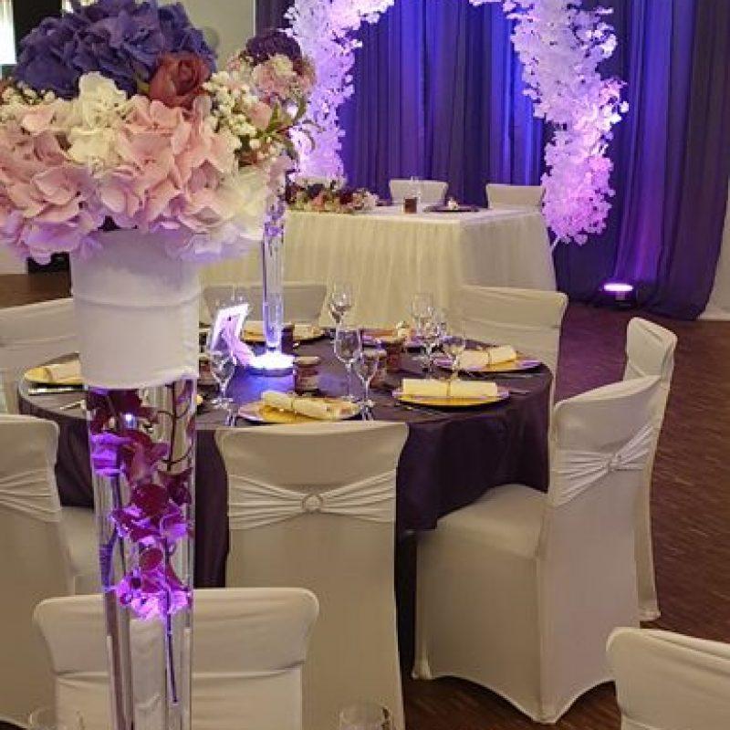 dekofee_lena_Hochzeitsdeko_violett_Blumenkugel_callas