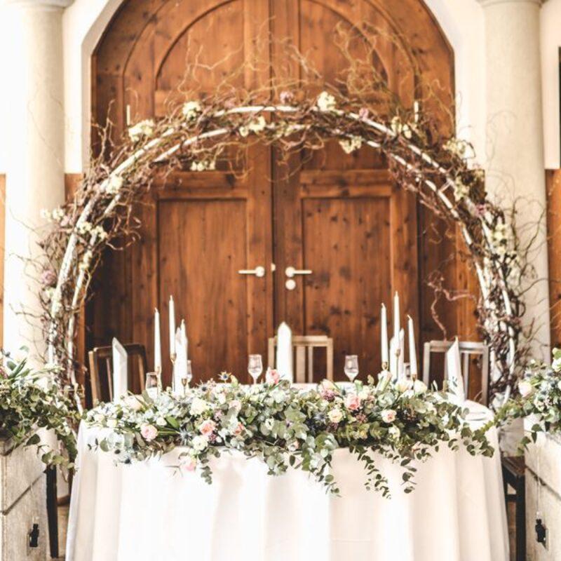 dekofee_lena_Hochzeitsdeko_weiss_Brauttisch_Blumenbogen